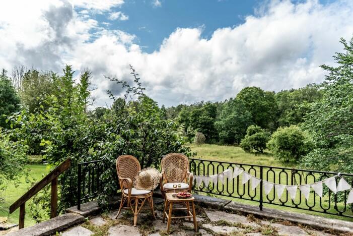 Herrgård i karolinsk stil i Borgvik Värmland till salu med stor terrass och trädgård