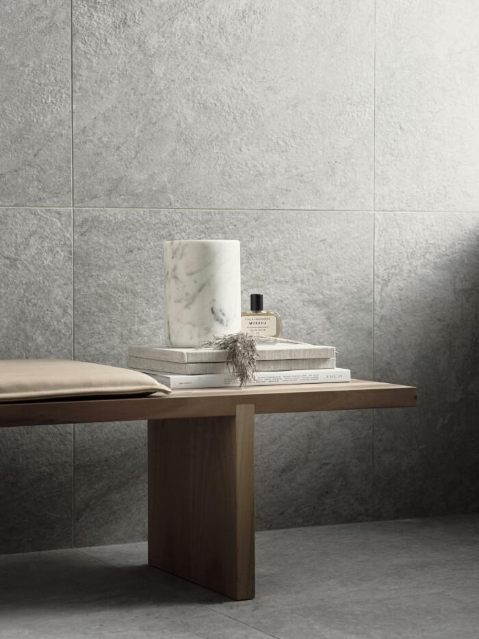 Stora plattor med små fogar gör badrummet lättstädat