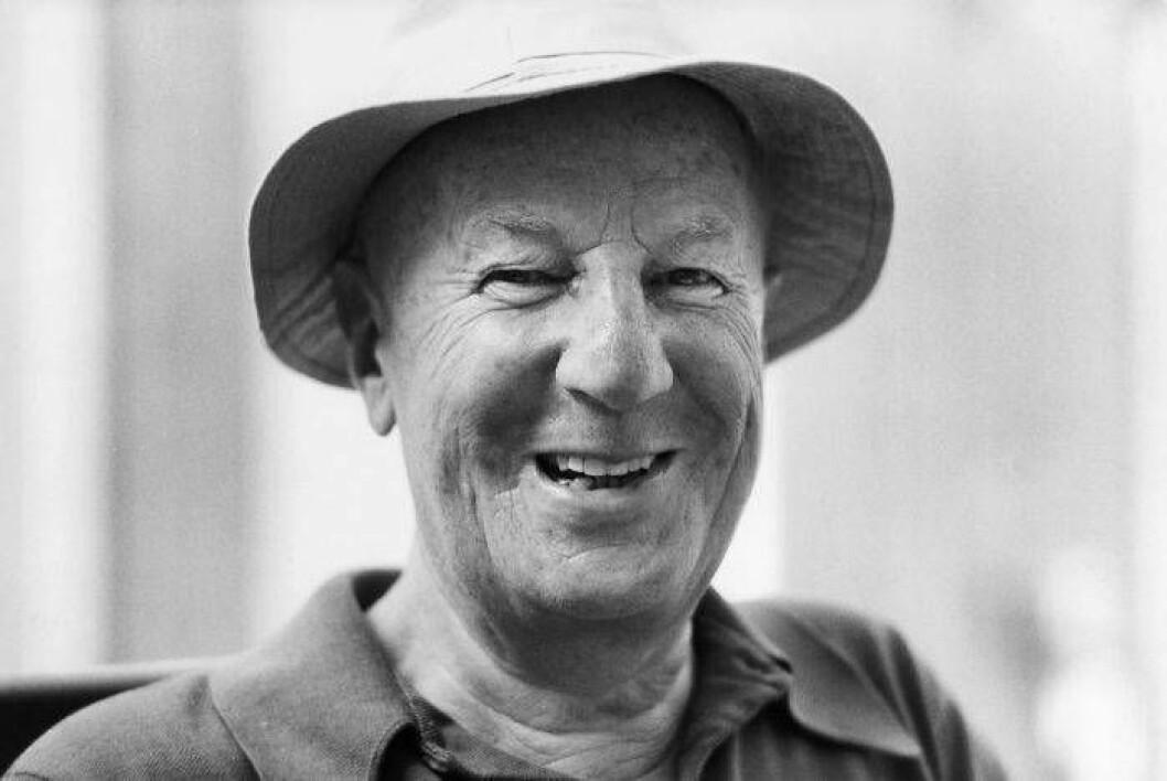 Skrattande Bruno Mthsson i hatt, arkivbild från 1981