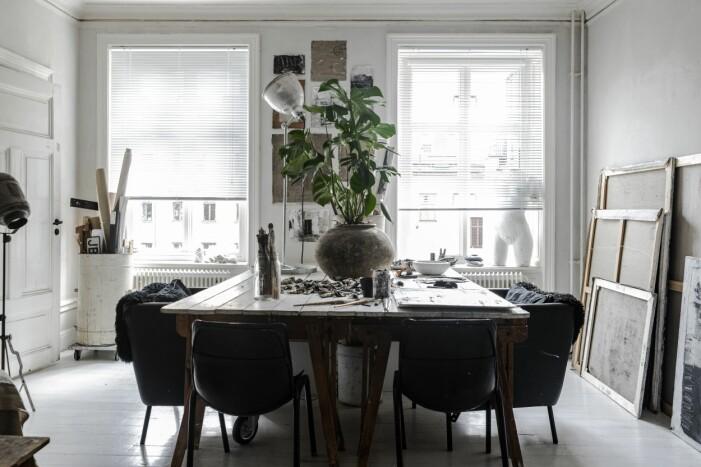 Stort matbord med stolar
