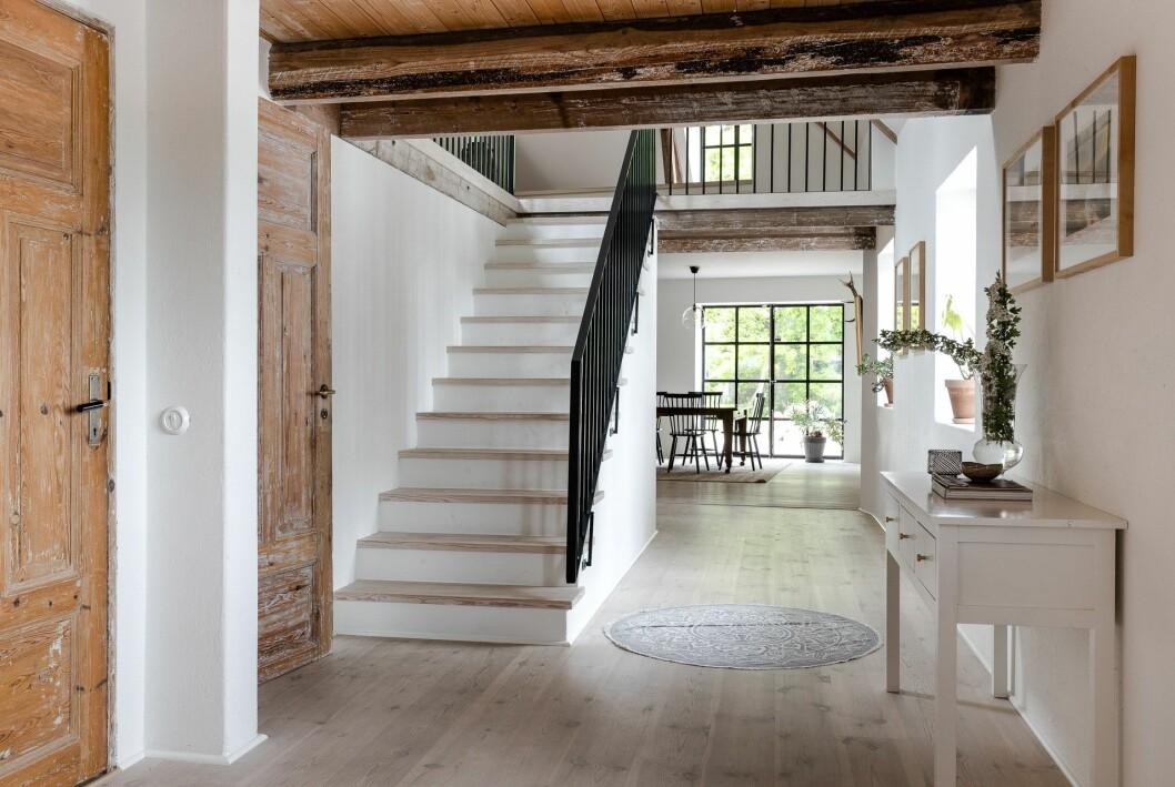 Korridor med trapp till övre plan.