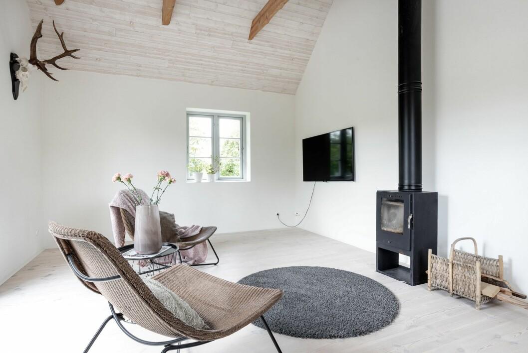 Vardagsrum med kamin.