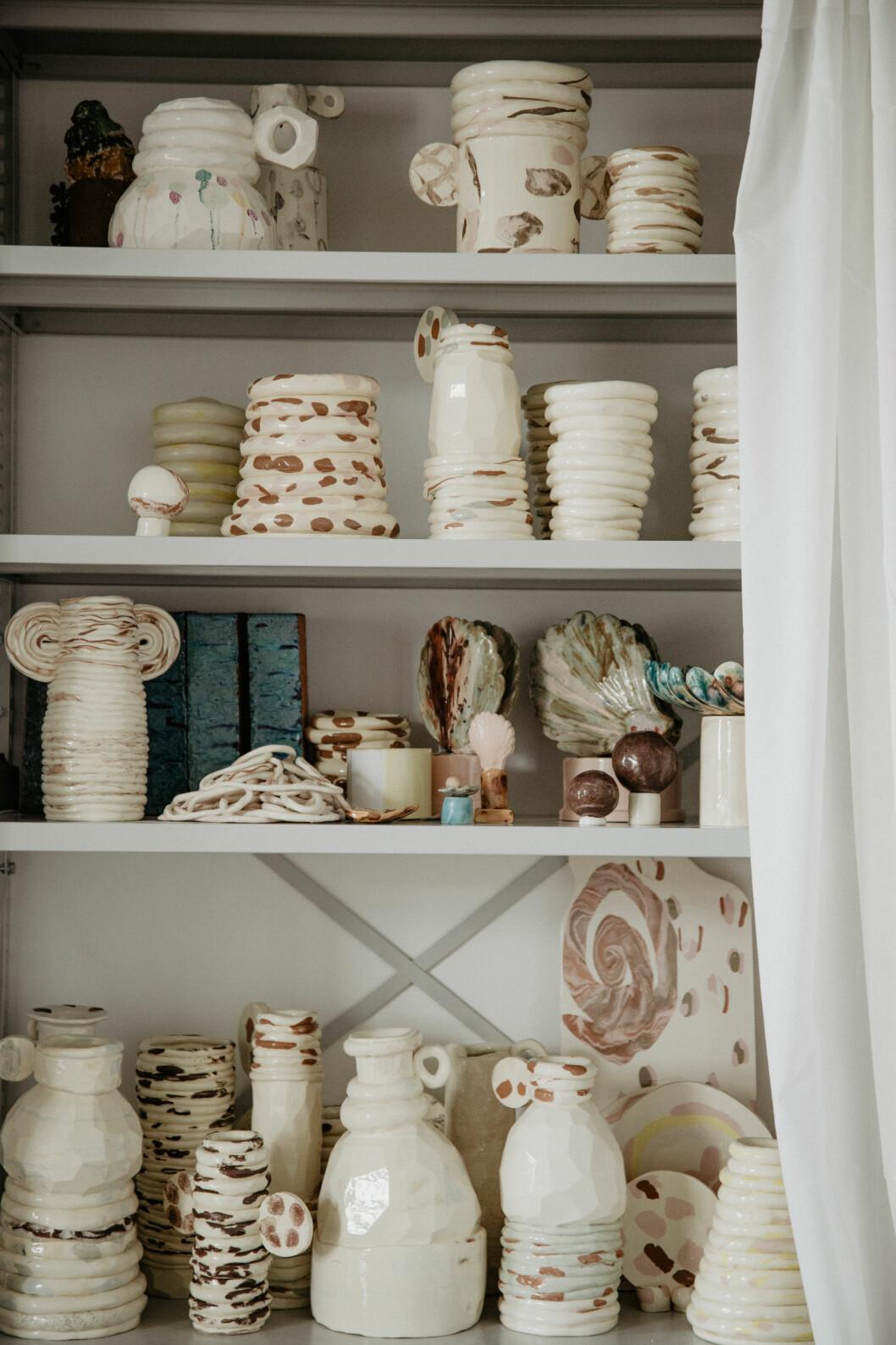 Keramikobjekt i en hylla.