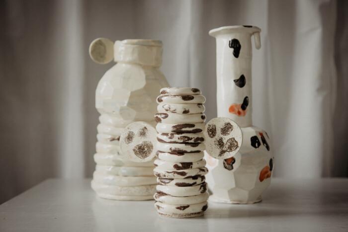 Lekfulla föremål i keramik.