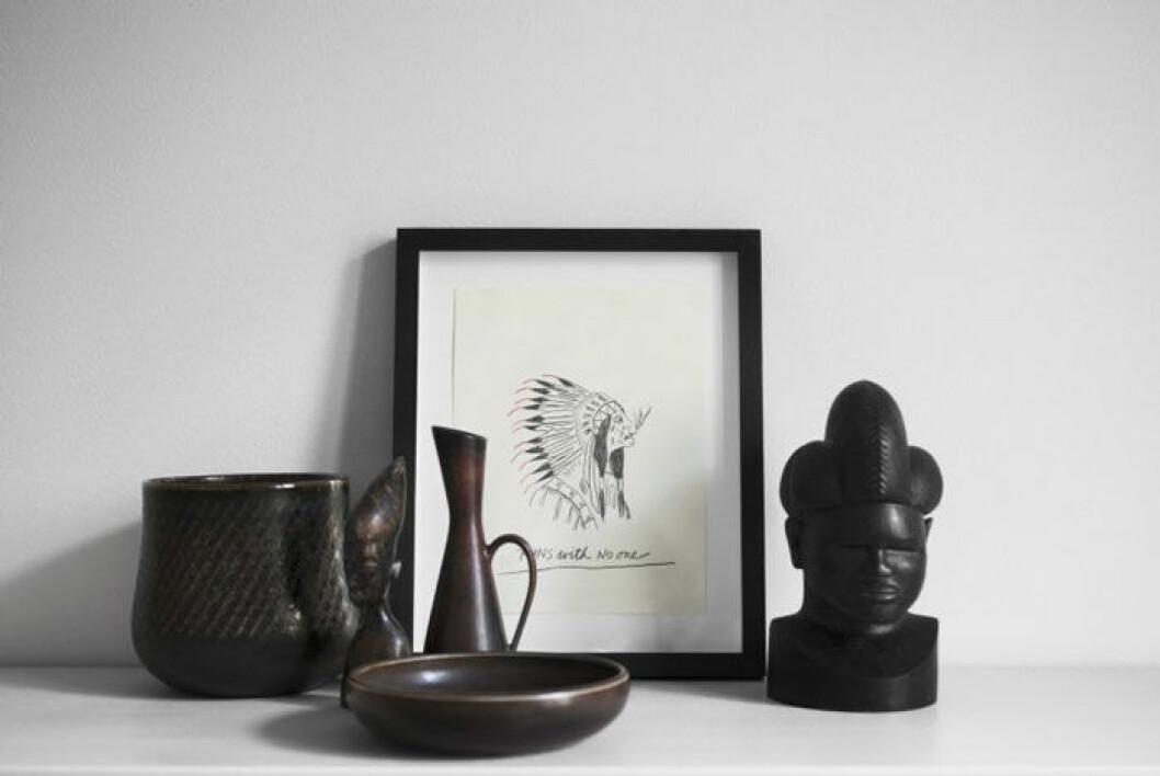 Lergods av Carl Harry Stålhane för Rörstrand. Afrikanska träskulpturer från tidigt 1900-tal. Teckning, Something lovely av Wes Lang, 2012.