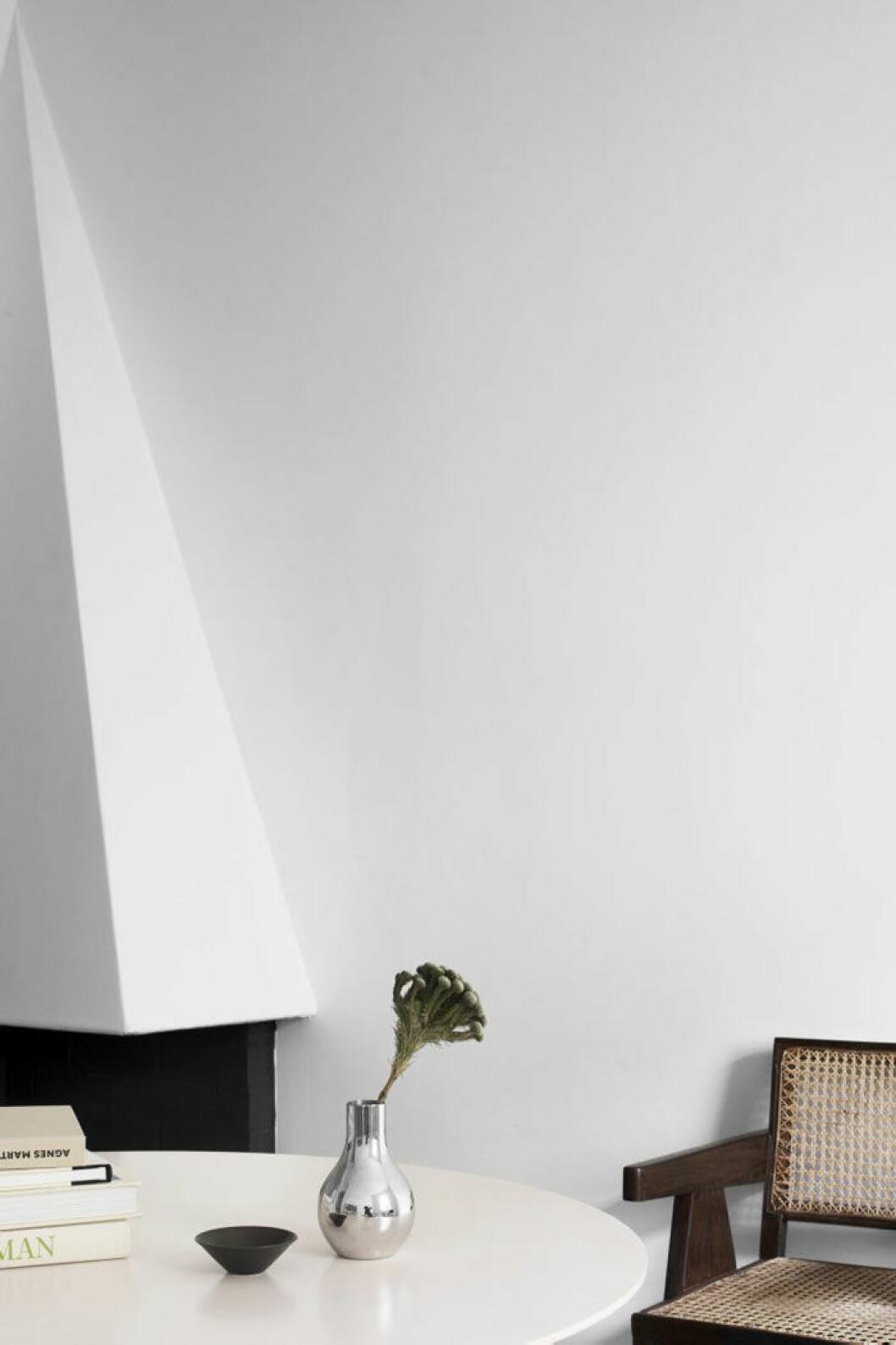 Matbord, Segmented table, design Charles och Ray Eames för Herman Miller. Skål, Carl Harry Stålhane för Rörstrand. Vas, Georg Jensen. Trästol Office chair, design Pierre Jeanneret omkring 1953.