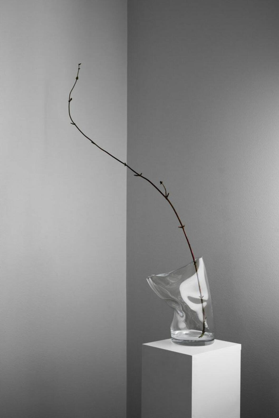 Michelles trettioårspresent till Claes, en av femtio unika glasvaser ur serien Irregular vases från Acne studios.