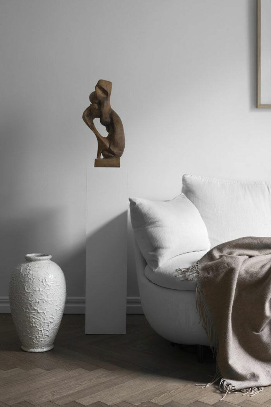 Golvvas, Höganäs. Träskulptur från 1950-talet, oidentifierad konstnär. Soffa Bart canapé, design Moooi works/Bart Schilder för Moooi. Kashmirfilt från Ralph Lauren home.