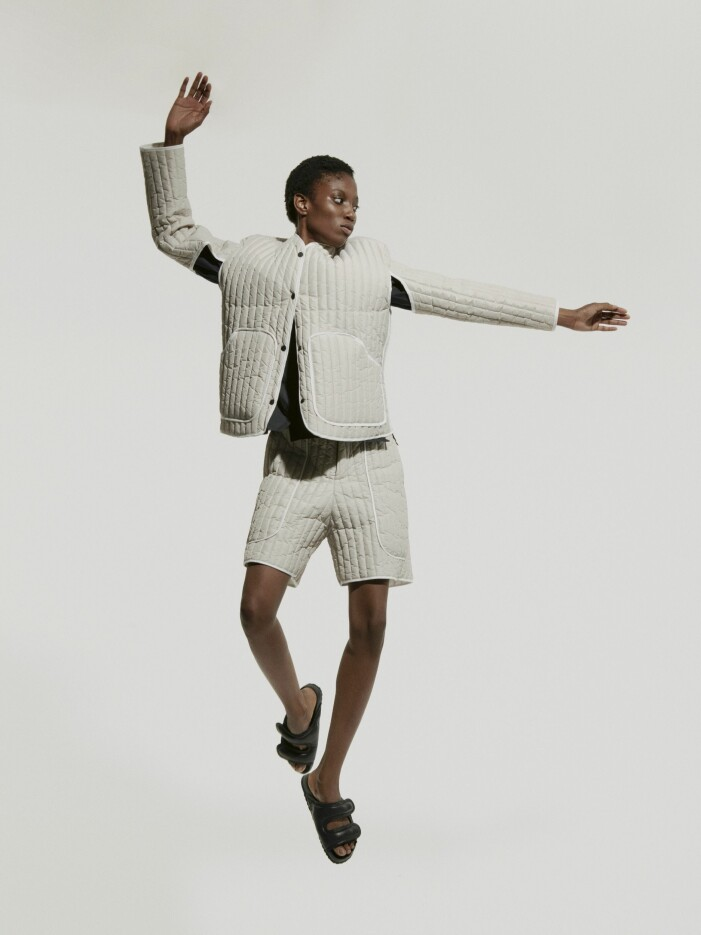 Faye Toogoods Birkenstock skor på en modell som hoppar.