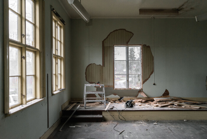 Daniel och Lovisa har tagit fram originalväggarna med vacker träpanel.
