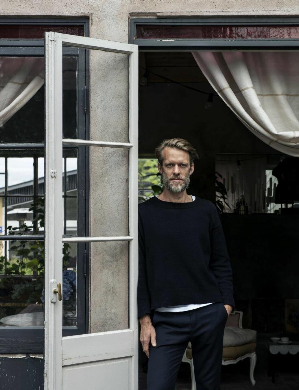Daniel Östman i ingången till sitt orangeriet, belägen i Bandhagen i Stockholm.