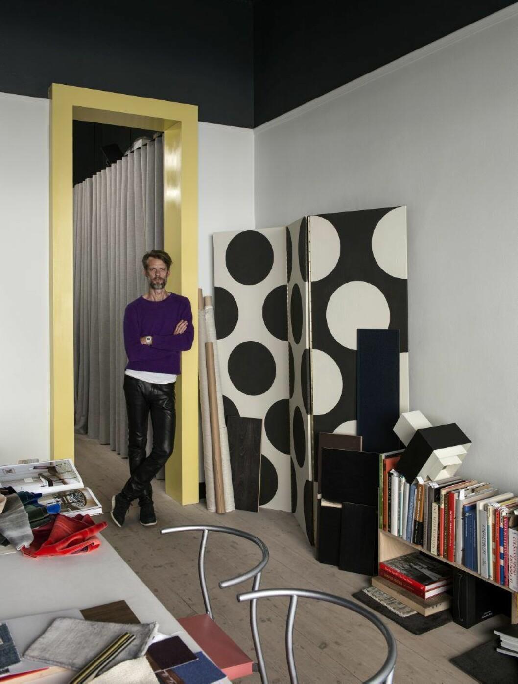 I Daniels ateljé på Kommendörsgatan samlas diverse materialprover och böcker på skrivbordet. Stolar, Philippe Starck.diverse lampor. Prickig vikskärm, egen design.