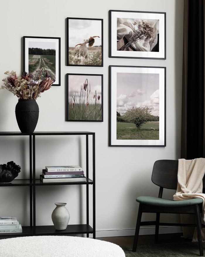 Snygg tavelvägg anpassad efter möblerna i rummet