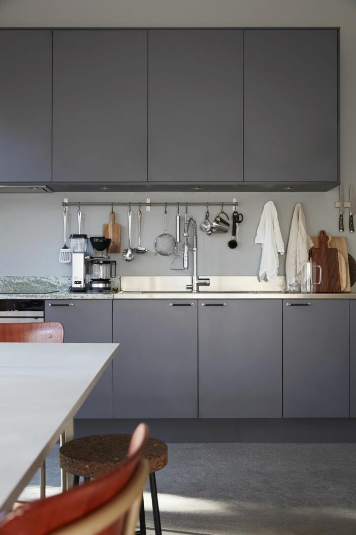 Det minimalistiska köket i grått.