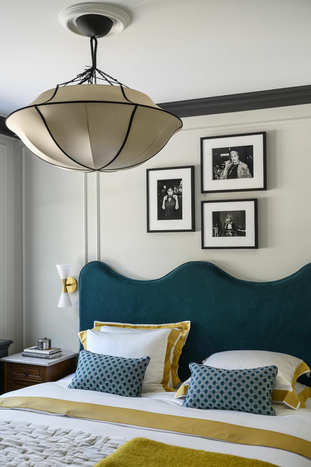 Den centrerade lampan över sängen och de fantastiska kuddarna gör verkligen att gästrummet känns inbjudande och lyxigt.