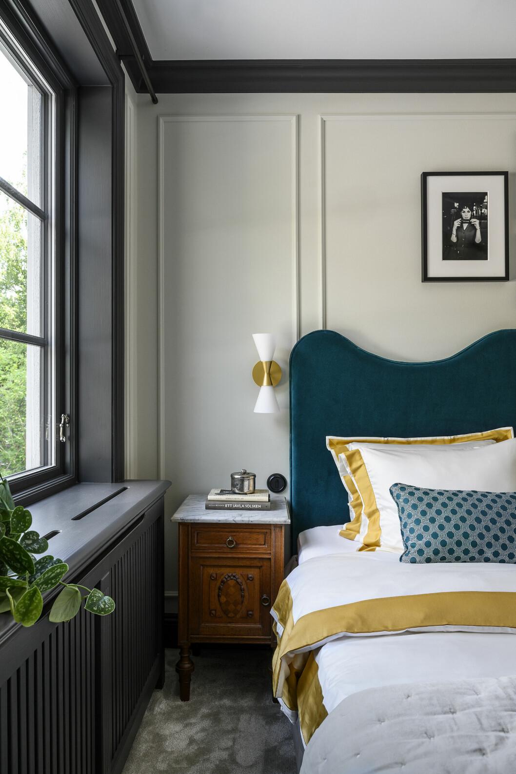 I rummet har man även skapat symmetri för ögat med matchande sänglampor och sängbord på vardera sidan om sängen. Detta gör att rummet känns lyxigt.