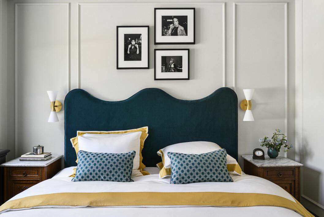 Smarta inredningsknep och en kombination av textilier är hemligheten bakom det lyxiga helhetsintrycket i gästrummet.