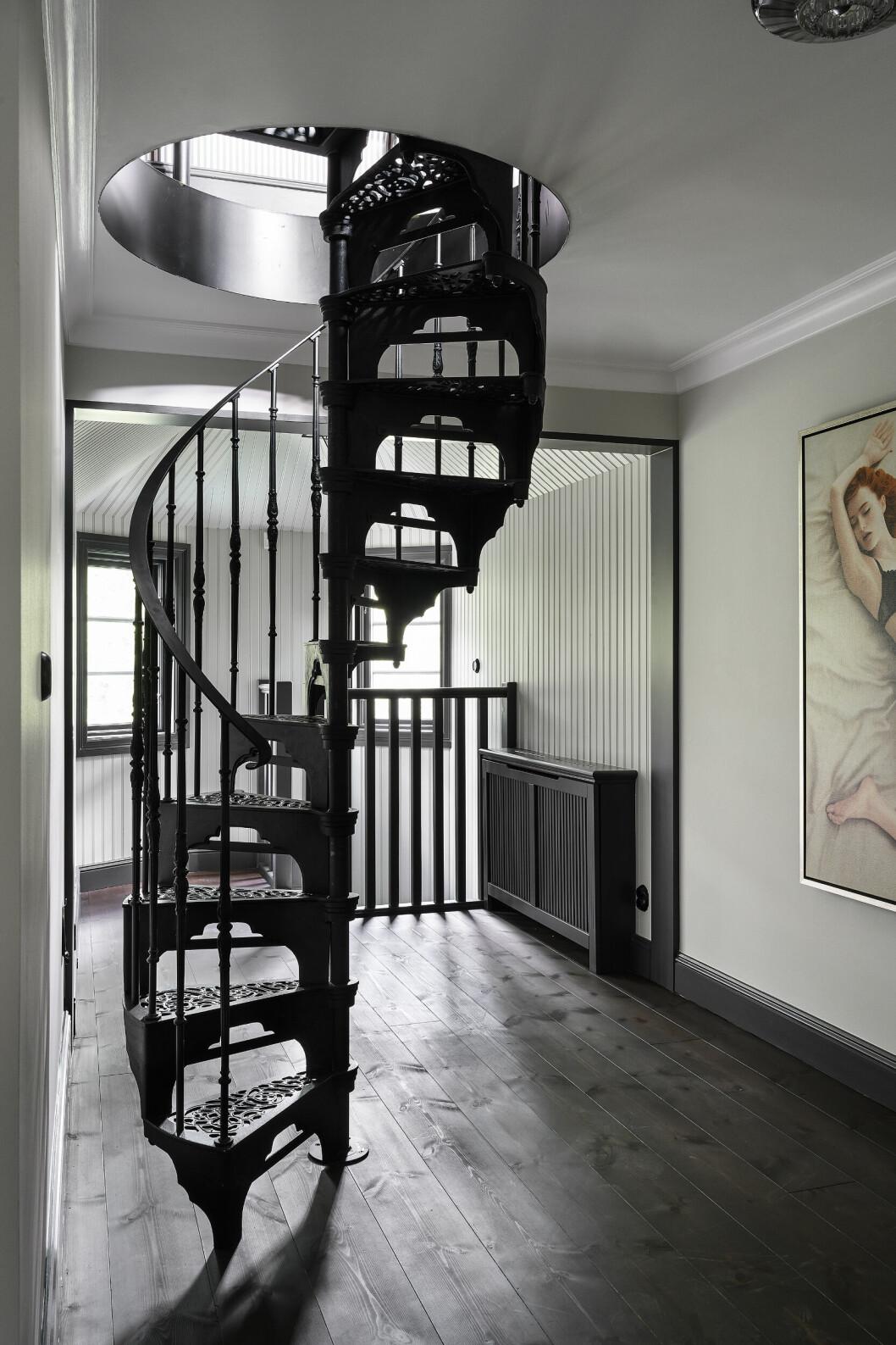 En gedigen spiraltrappa på tredje våningen leder upp till tornrummet.