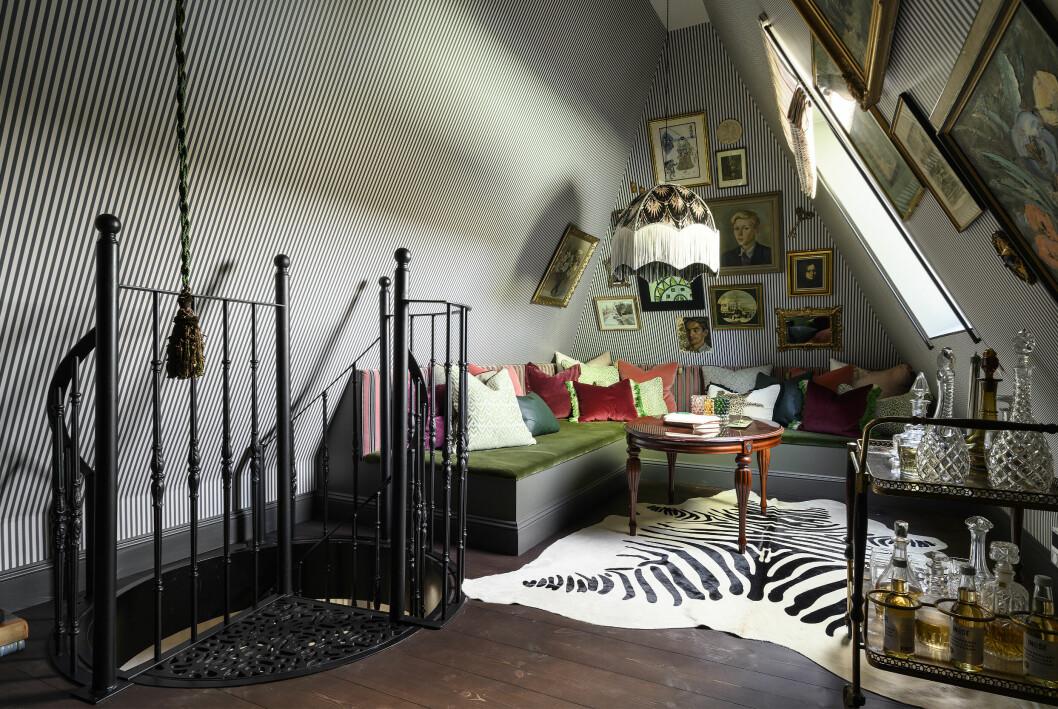 Plattsbyggd soffa: Grunewalds bygg, ritad och designad av Refine Design Studio, Taklampa: Anna Hayman, Gardiner och kuddar: Lion Estate, Bord: Vintage.