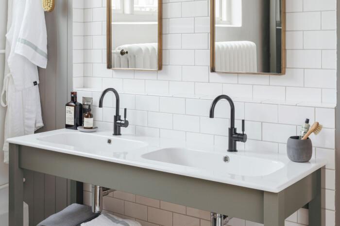 dubbla tvättställ i badrummet från kvänum