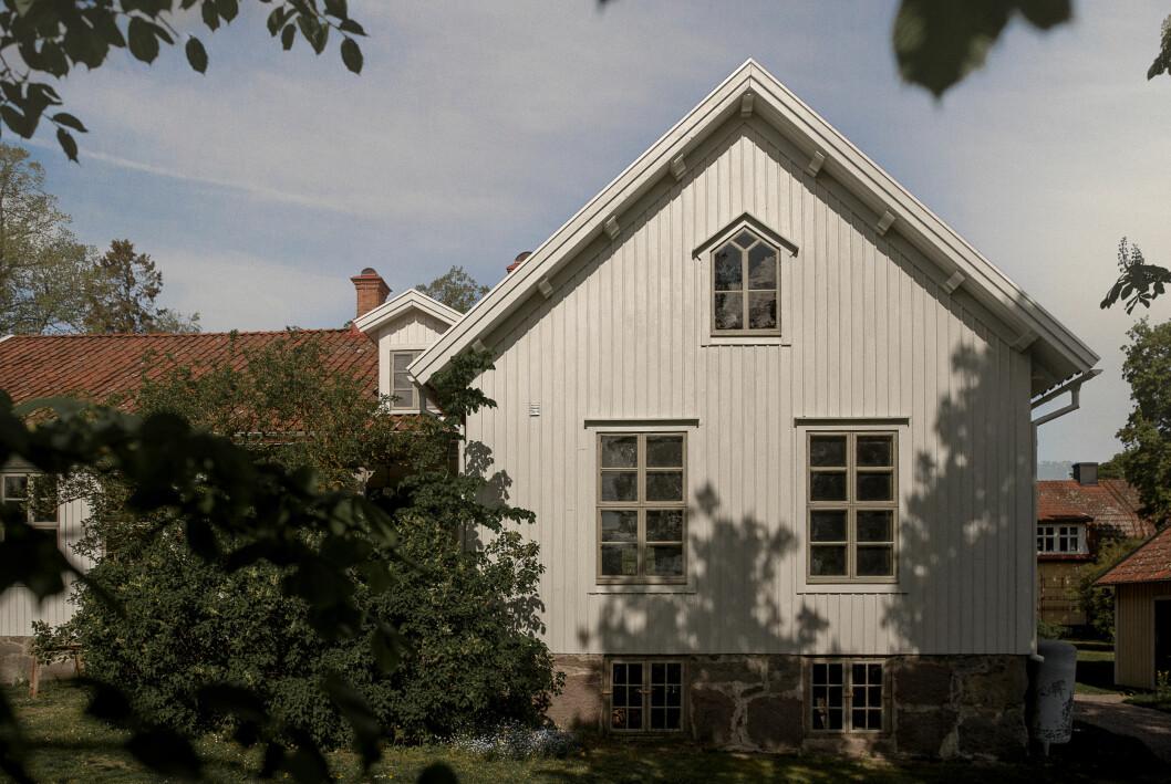Efter renovering. Huset är målat med Ottossons linoljefärg. Ljusgrå med lite hastingsgrå i på fasaden och hastingsgrå fönster och dörrar.