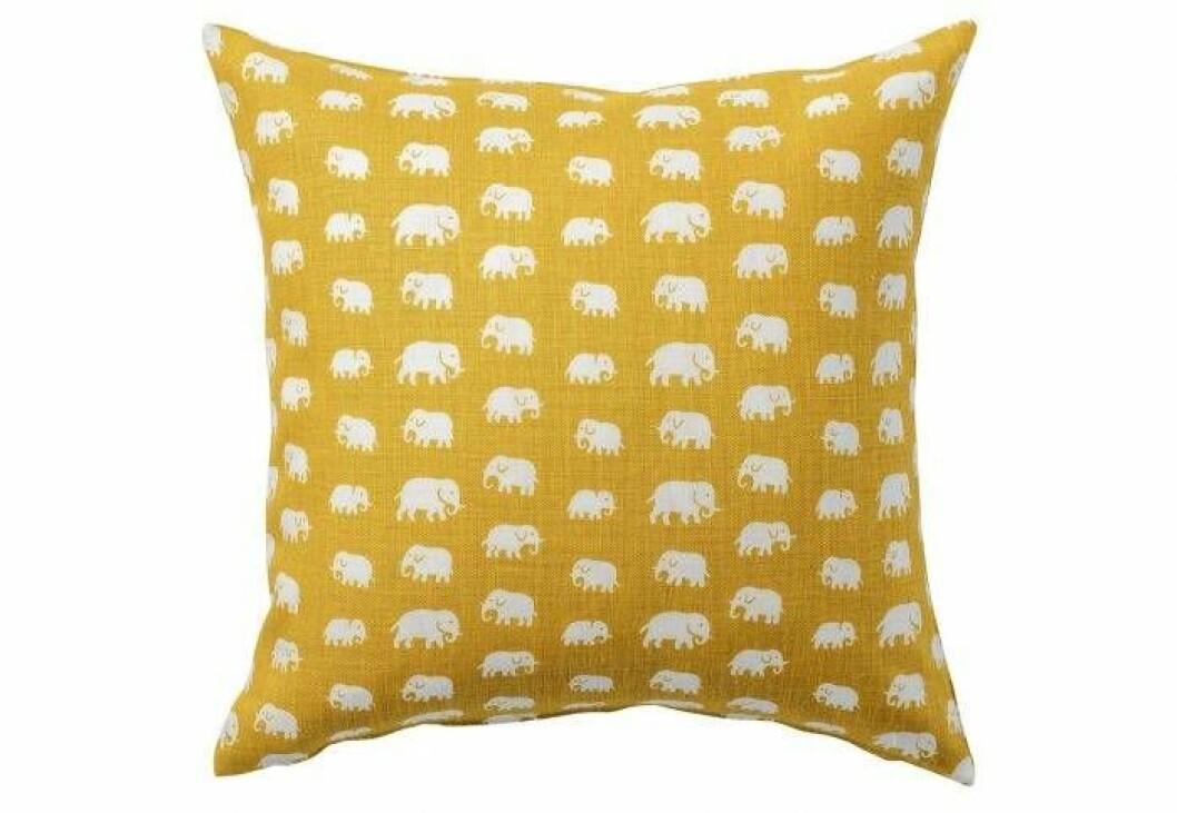 Gul kudde med ett mönster av många vita små elefanter.