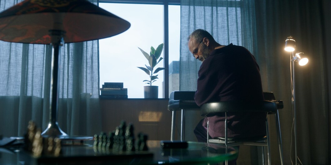 Ein Schachspiel im Vordergrund in Hjersons Wohnung.