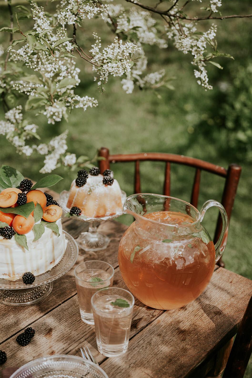 Stor kanna på dukat bord utomhus för fest på sommaren