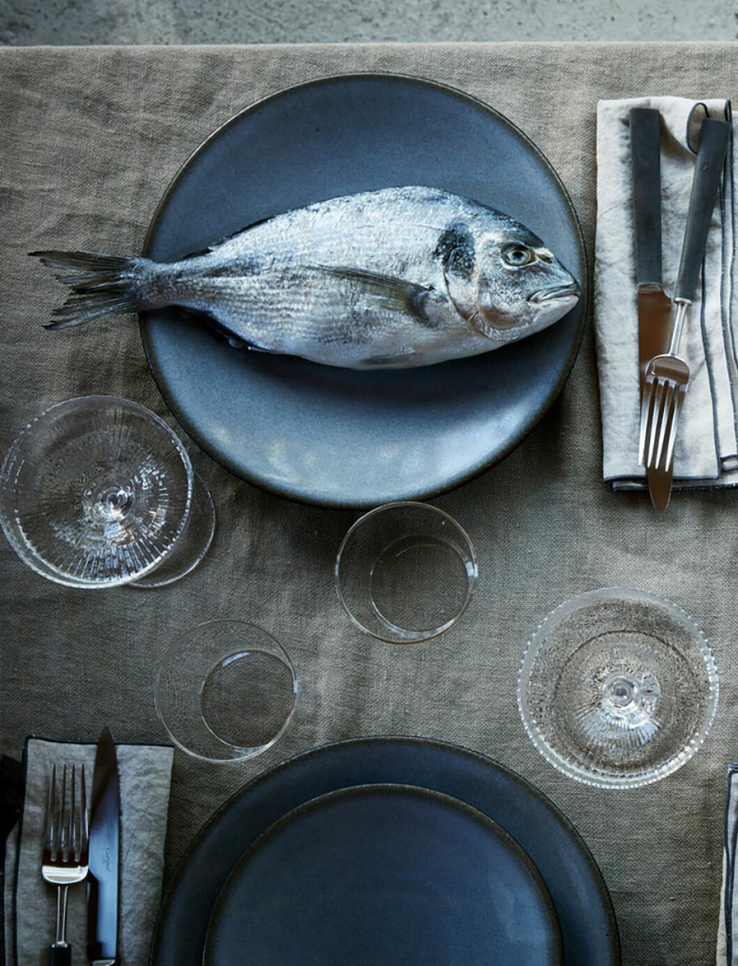 fisk på fat och linneduk