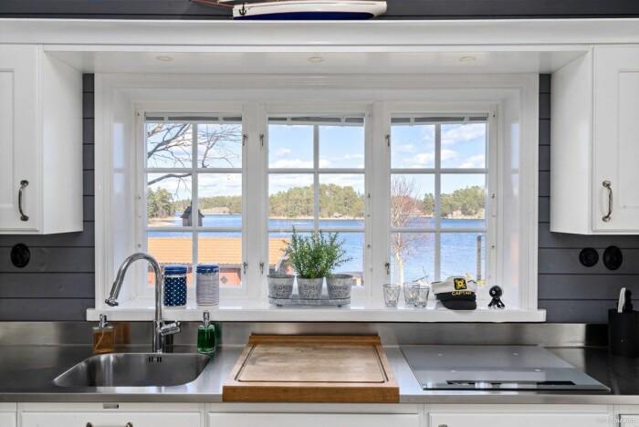 Fritidshus på egen udde till salu gällnöby utsikt från köket