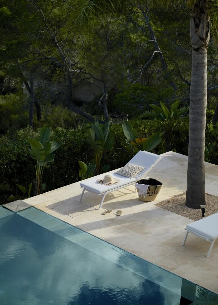 Infinitypool och solstol hemma hos Charlotte Gyllenhammar på Ibiza.