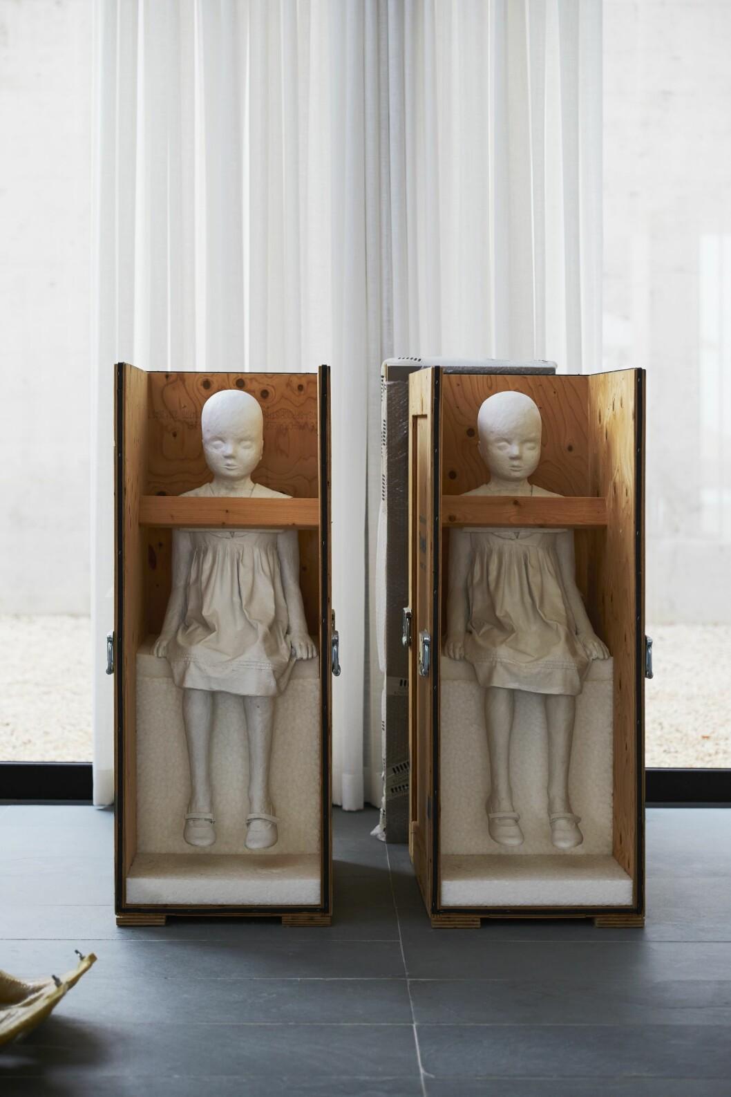 Charlottes skulpturer Den minsta av oss från 2009 står i ateljén på Ibiza i sina reselådor.