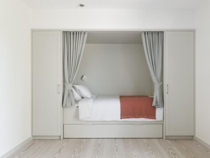 garderob och sovalkov - smart förvaringslösning i en liten lägenhet