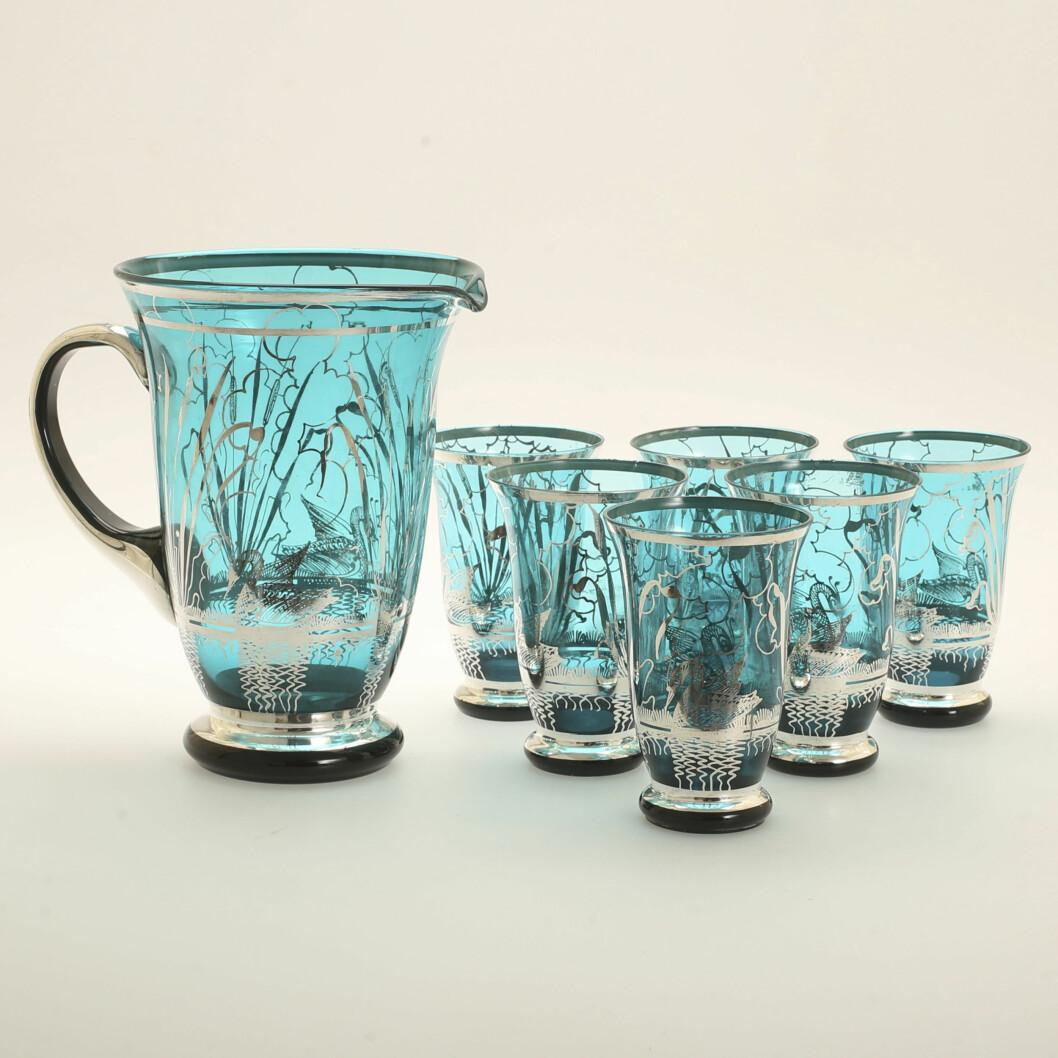 6 skira turkosa glas med grått mönster och tillbringare i samma stil.