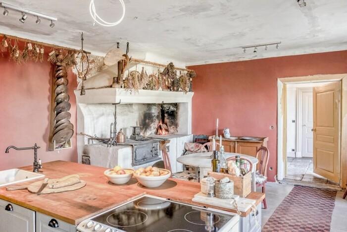 Kök med öppen spis Glasberga säteri som är till salu