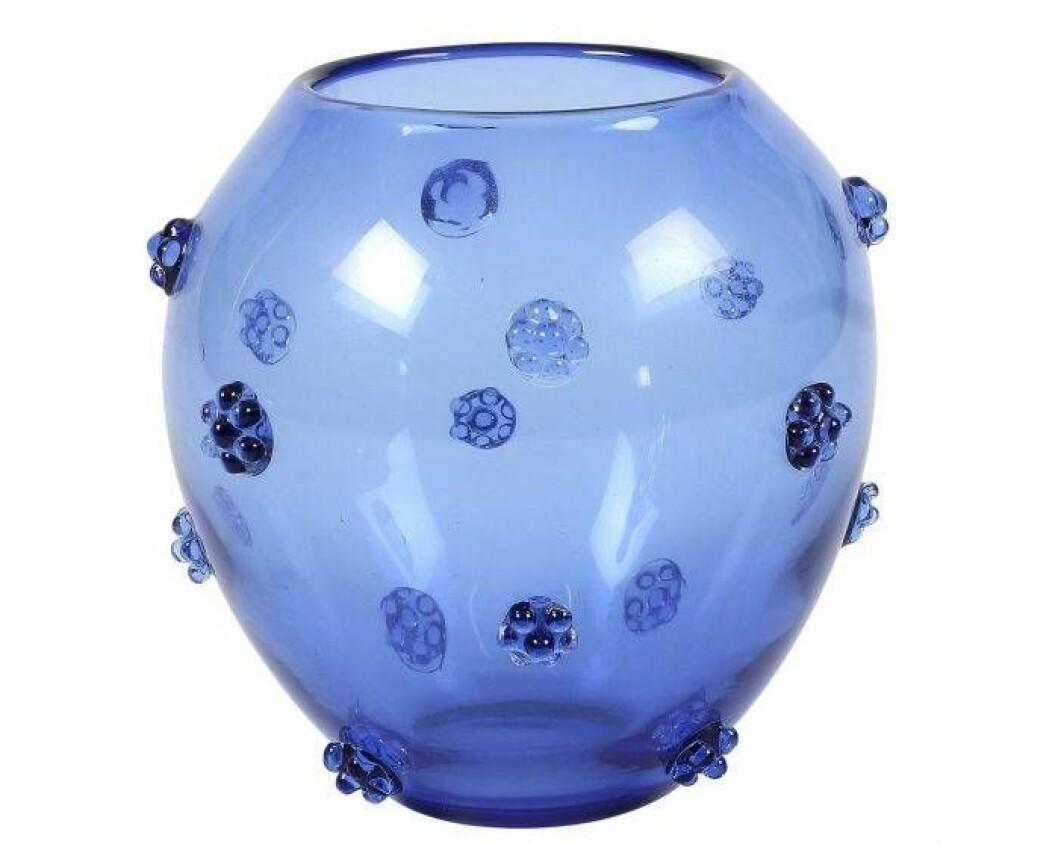 Blå, rund glasvas med blå glashjortron på.