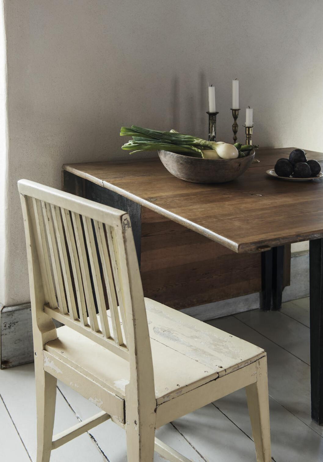 Stol och bord köpta på auktion och loppis hemma hos Joanna Sundström och Johan Lindskog.