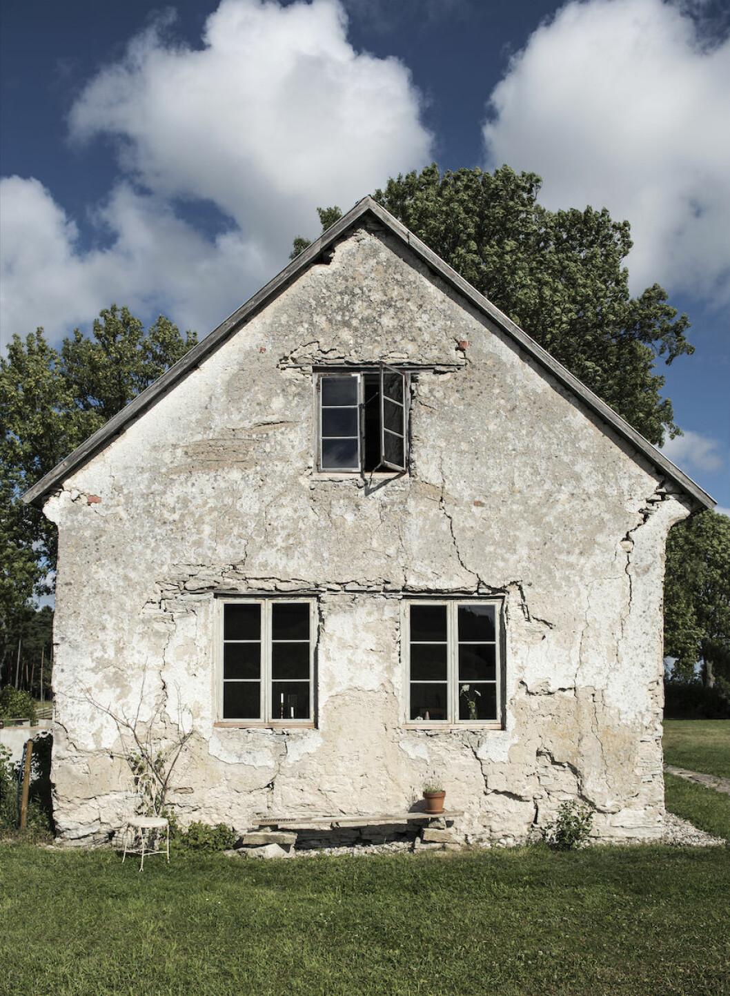 Väderbiten fasad på huset på Väte, Gotland.