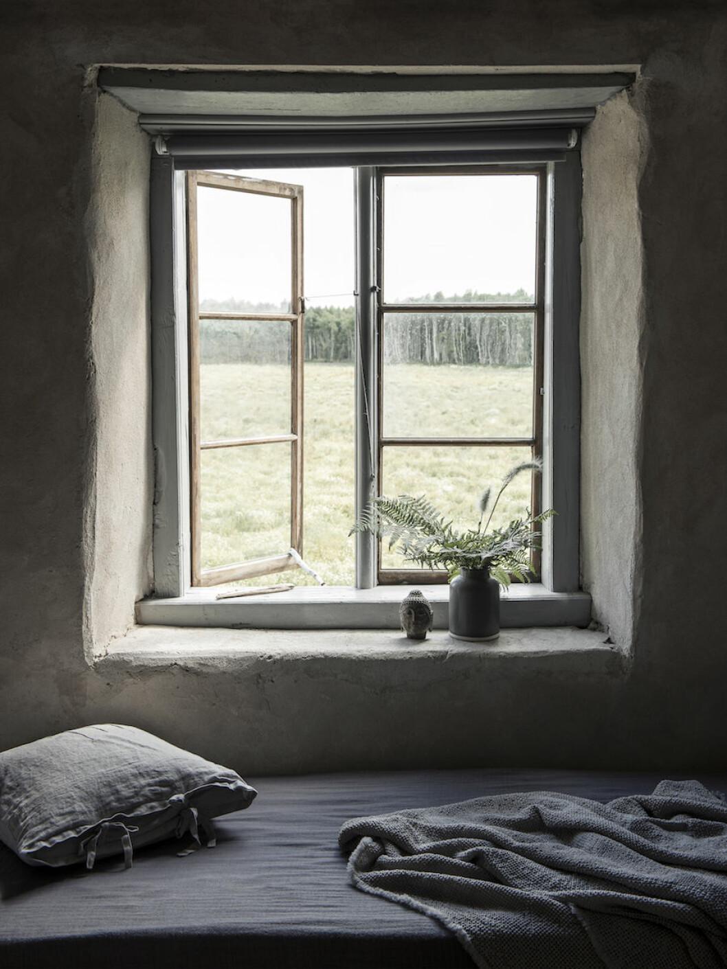 Stillsamt sovrum med sängkläder från Society hemma hos Joanna Sundström och Johan Lindskog.