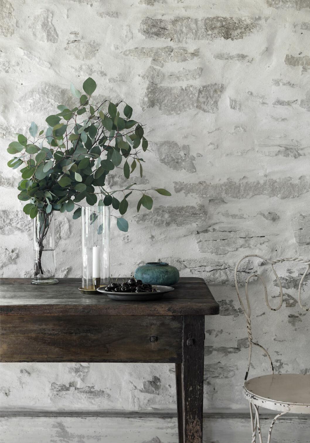 Keramik från Herr Judit och Fat, ljusstake, stol och vas från Garbo interiors hemma hos Joanna Sundström och Johan Lindskog.