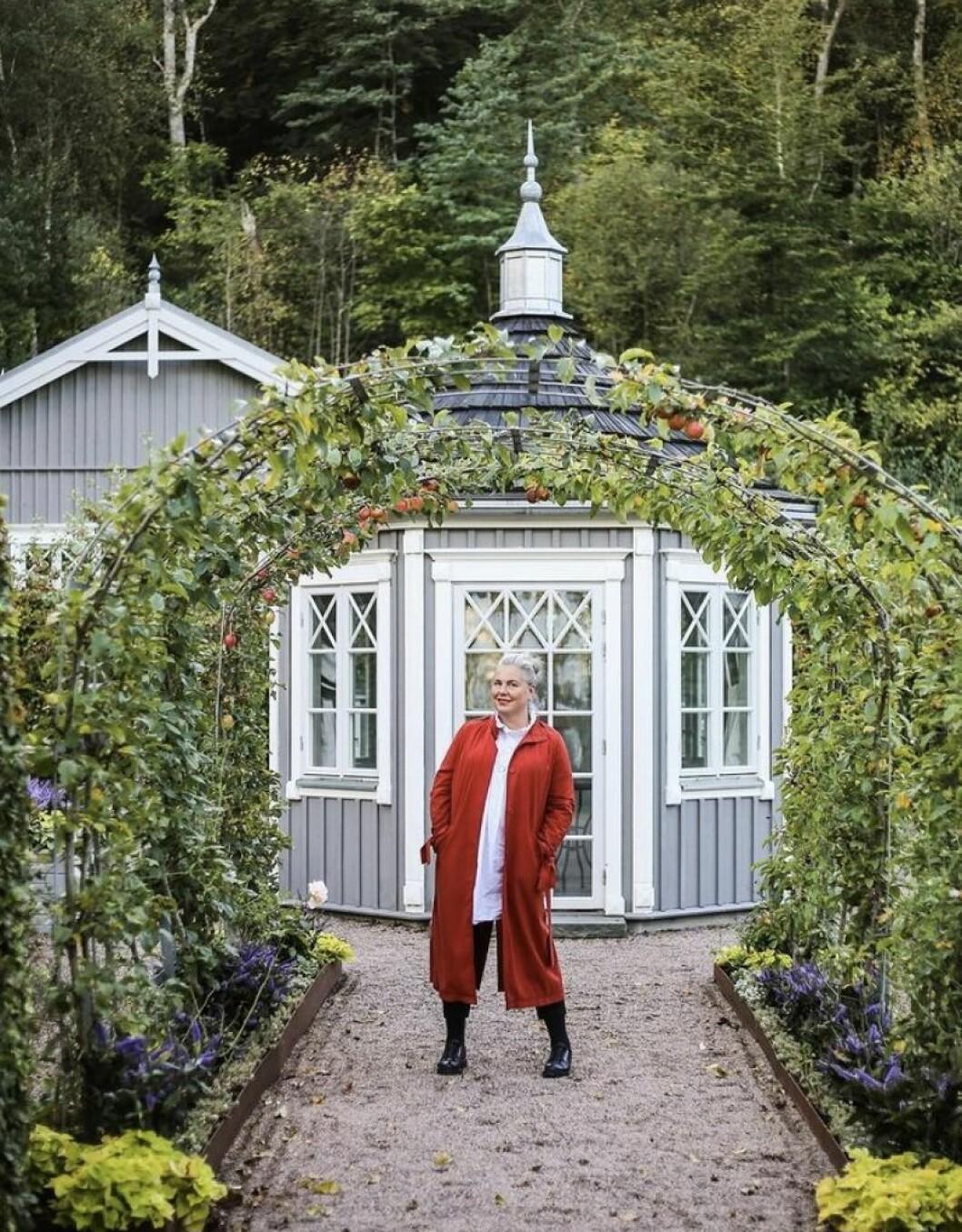 Hanna Wendelbo på uppdrag i Norrvikens Bigård utanför Båstad.