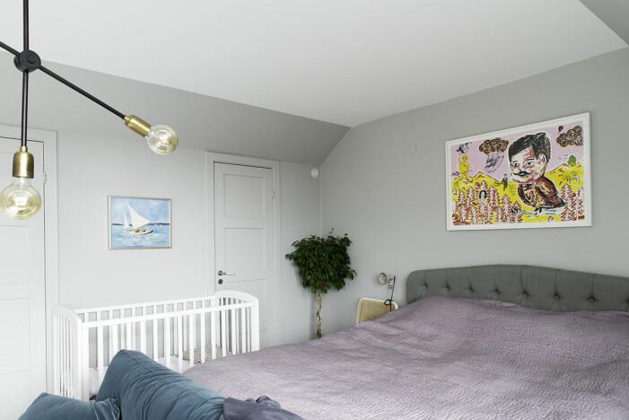 Hängende Kunst in Hannah Widells Ed-Art-Schlafzimmer