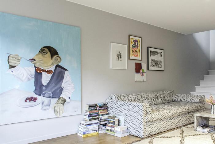 Hängende Kunst in Hannah Widells Ed Art Wohnzimmer