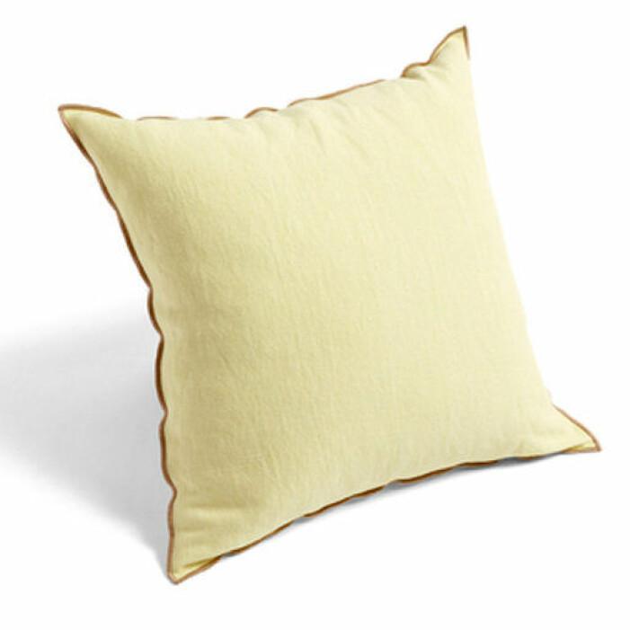 gul kudde säng