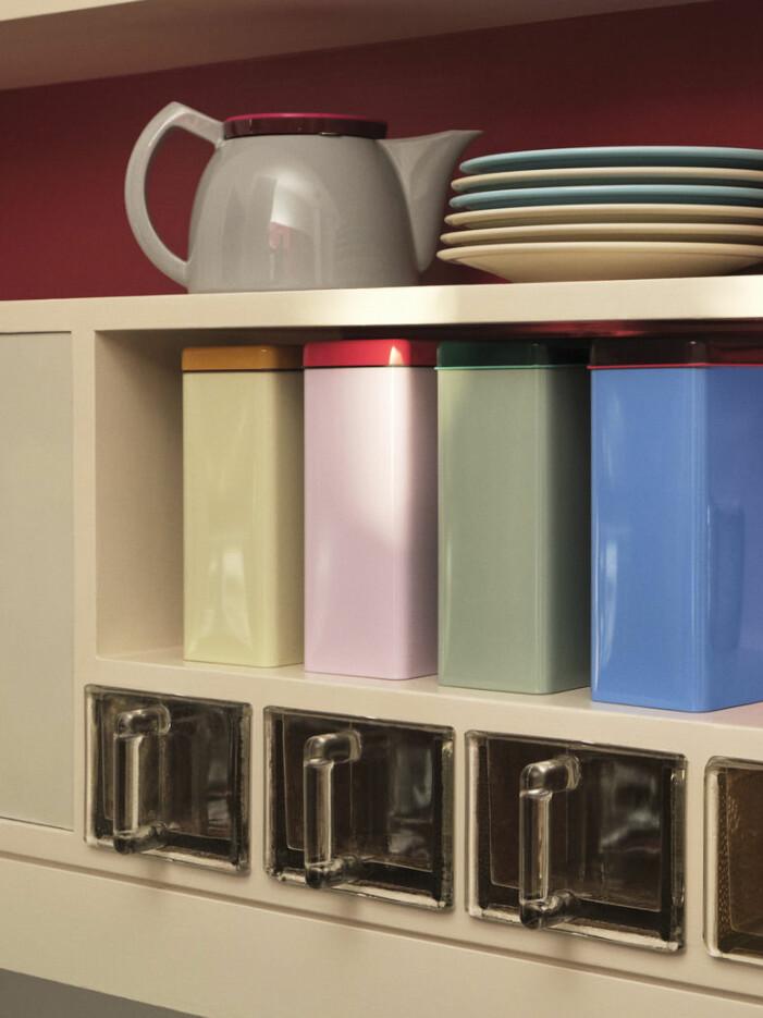 Inred med kökshylla, färgglad inredning