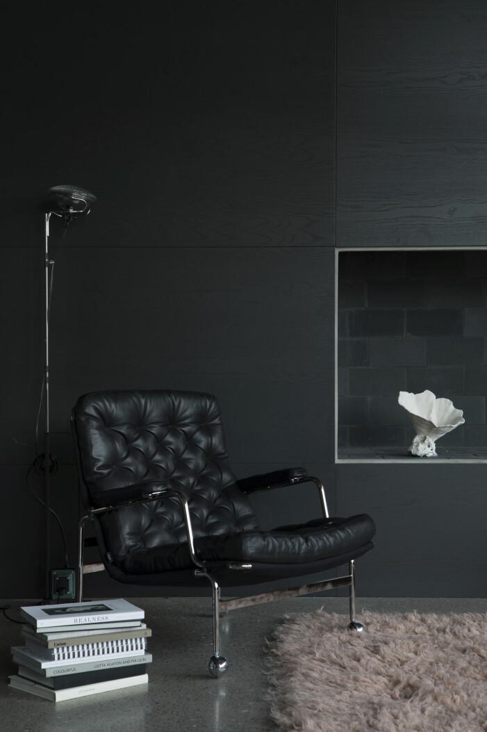 Bruno Mathssons bekväma klassiker Karin, Jakobssons möbler, Örebro. Golvlampa Toio formgiven av Achille och Pier Giacomo Castiglioni 1962, Flos.