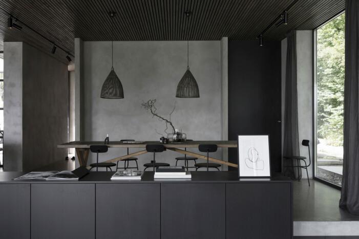 Kök med pallar Tine K, olivträd i korg från Slettvoll. Köksdesign av Evalott Hjälmeby. Specialbyggda snickerier från Lidhultkök.