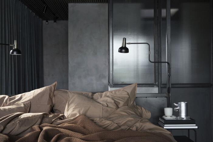 I sovrummet lampor Phoic från Posh Living. Sängbord House Doctor i plåt från Jakobssons möbler. Säng- gavel formgiven av Göran Hjälmeby och byggd av lokal smed. Överkast Vivaraise i stentvättad bomull från Perspective.