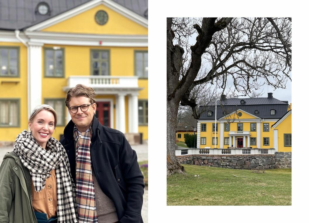 Erika Åberg och Rickard Thunér framför Skebobruks herrgård.