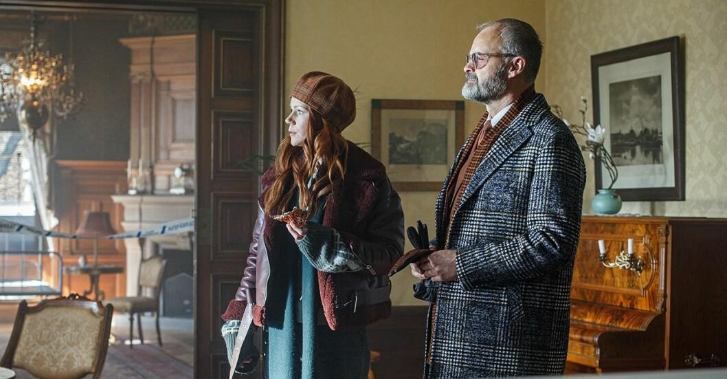 De fiktiva karaktärerna TV-producenten Klara och detektiven Sven Hjerson på en brottsplats i ett avsnitt av svenska pusseldeckaren 'Hjerson'.